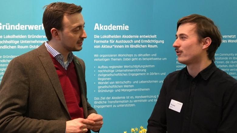CDu-Generalsekretär Paul Ziemiak lässt sich auf der Grünen Woche eine Initiative zur Startup-Suche im Regionalen erläutern