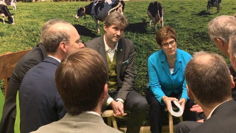 CDU-Vorsitzende Annegret Kramp-Karrenbauer auf der IGW, hier in der Bio-Halle