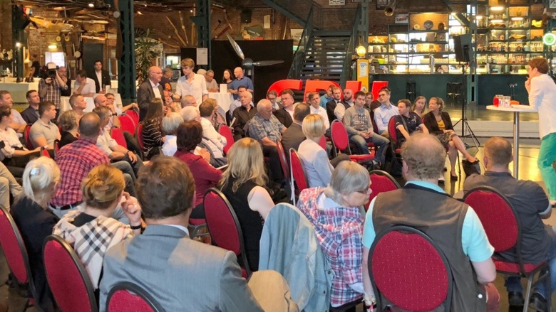 CDU-Generalsekretärin Annegret Kramp-Karrenbauer während der Zuhör-Tour auf dem Podium im Da Capo Oldtimermuseum Leipzig