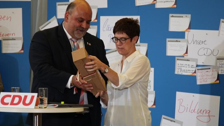 CDU-Generalsekretärin Annegret Kramp-Karrenbauer und Markus Meysner Zuhör-Tour in Fulda