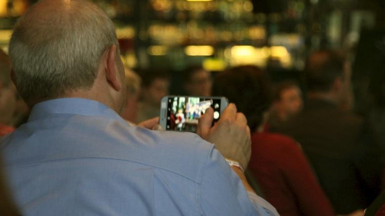 Teilnehmer der Zuhör-Tour in Leipzig schießt ein Andenkenfoto