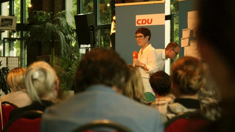 CDU-Generalsekretärin Annegret Kramp-Karrenbauer sammelt Eindrücke und Fragen auf dem Podium der Zuhör-Tour in Leipzig