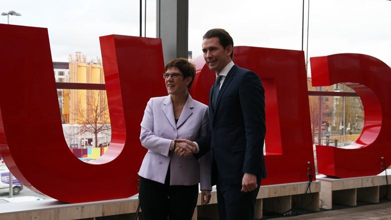 'Handshake' der CDU-Vorsitzenden Annegret Kramp-Karrenbauer mit dem ÖVP-Vorsitzenden Sebastian Kurz