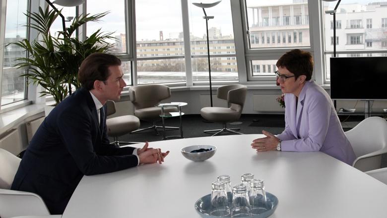 CDU-Vorsitzende Annegret Kramp-Karrenbauer im Gespräch mit dem ÖVP-Vorsitzenden Sebastian Kurz