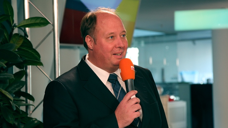 Auf dem Bild sieht man Kanzleramtsminister Helge Braun beim CDU Live im TV-Studio
