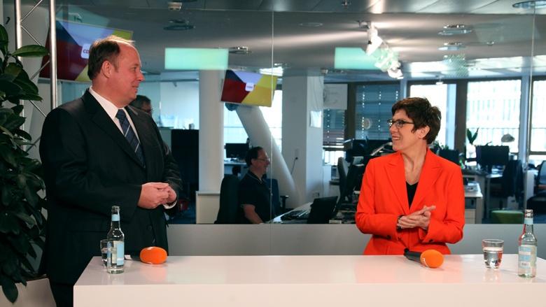 Auf dem Bild sieht man Kanzleramtsminister Helge Braun und CDU-Vorsitzende Annegret Kramp-Karrenbauer beim CDU Live im TV-Studio