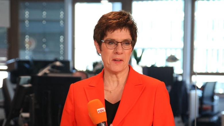 Auf dem Bild sieht man die CDU-Vorsitzende Annegret Kramp-Karrenbauer beim CDU Live im TV-Studio