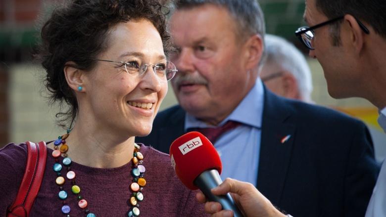 Eine Teilnehmerin der Zuhör-Tour zum CDU-Grundsatzprogramm wird im Alten E-Werk in Cottbus von einem RBB-Moderator interviewt