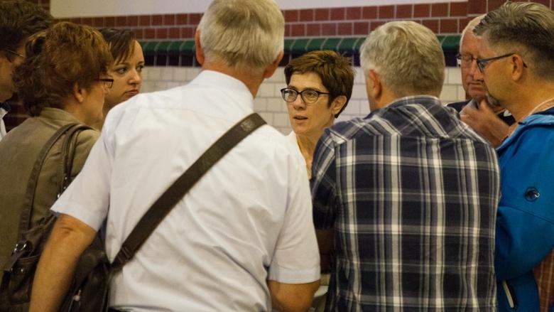 CDU-Generalsekretärin Annegret Kramp-Karrenbauer im Gespräch mit Teilnehmern der Zuhör-Tour zum CDU-Grundsatzprogramm im Alten E-Werk in Cottbus