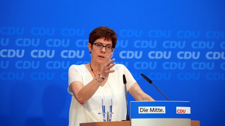 Auf dem Bild sieht man CDU-Generalsekretärin an einem Stehpult.