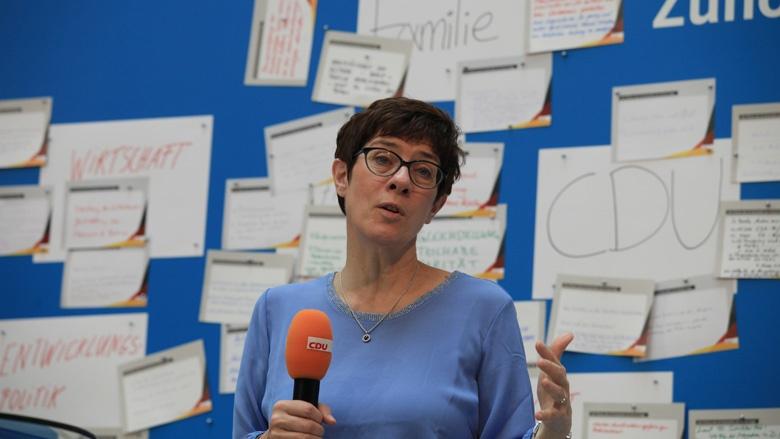 Auf dem Bild sieht man: CDU-Generalsekretärin Annegret Kramp Karrenbauer erläutert Hintergrunde.