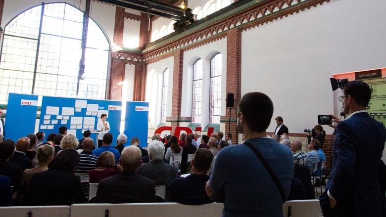 Zuhörer der Zuhör-Tour zum CDU-Grundsatzprogramm im Alten E-Werk in Cottbus