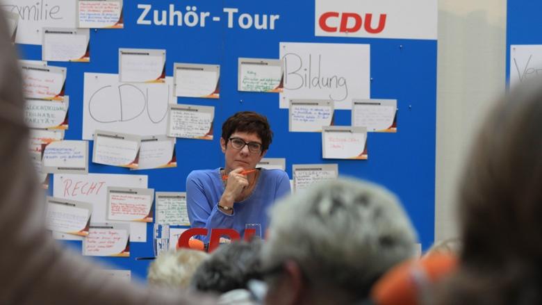 Auf dem Bild sieht man: CDU-Generalsekretärin Annegret Kramp Karrenbauer hört den Fragen der Teilnehmerinnen aufmerksam zu..