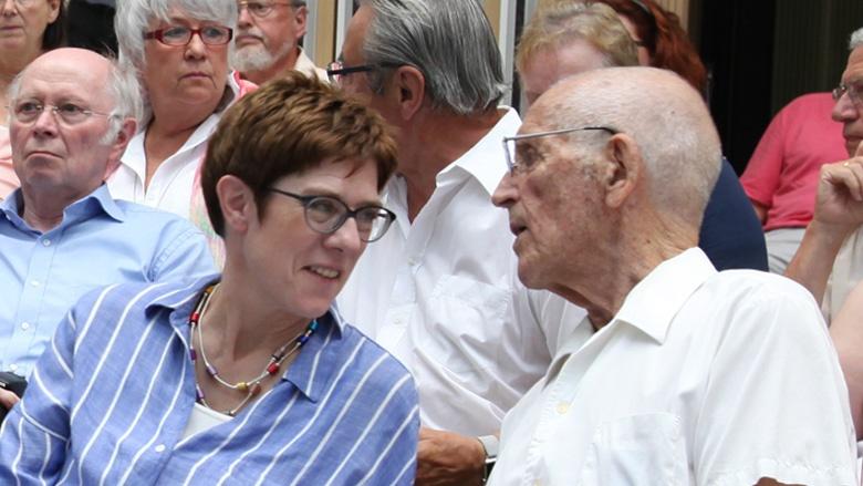 Auf dem Bild sieht man: CDU-Generalsekretärin Annegret Kramp-Karrenbauer im Gespräch mit einem Herrn auf der Zuhör-Tour in Braunschweig