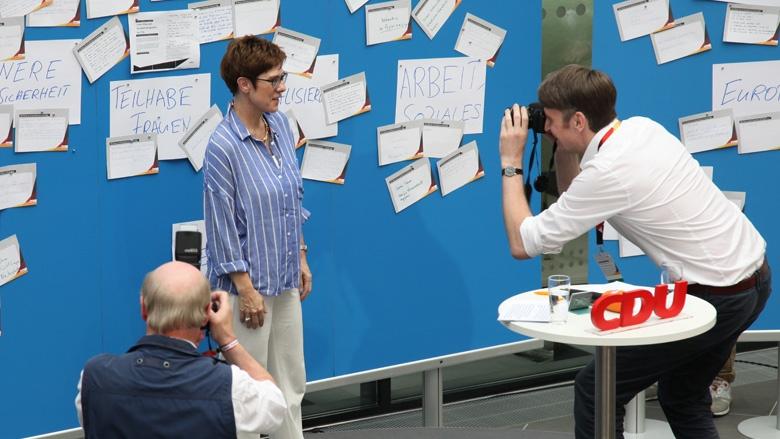 Auf dfem Bild sieht man: CDU-Generalsekretärin Anneret Kramp-Karrenbauer wird fotografiert