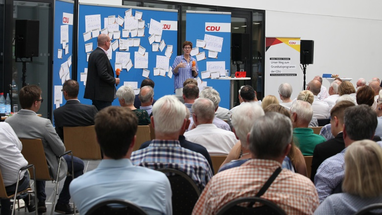 Auf dem Bild sieht man: CDU-Generalsekretärin Annegret Kramp-Karrenbauer spricht zu den Gästen auf der Zuhör-Tour in Braunschweig