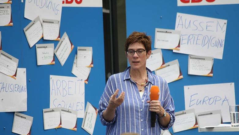 Auf dem Bild sieht man: CDU-Generalsekretärin Annegret Kramp-Karrenbauer beantwortet Fragen auf der Zuhör-Tour in Braunschweig