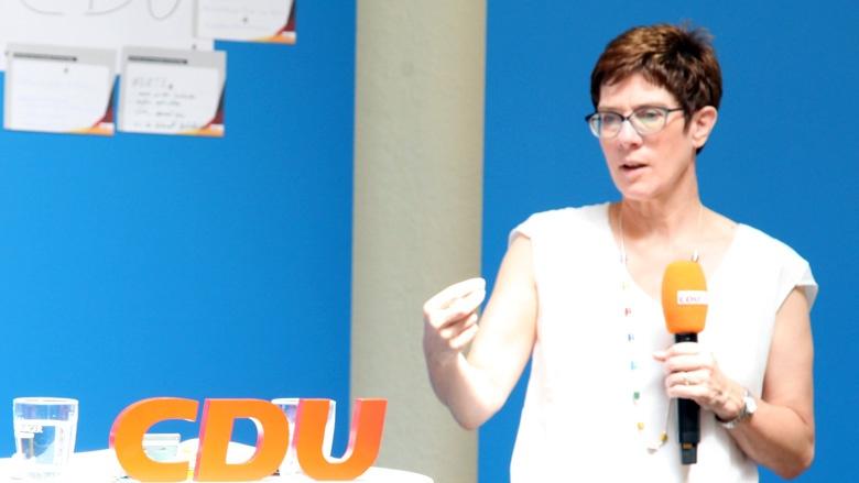 Das Bild zeigt: CDU-Generalsekretärin beantwortet in Quedlinburg Fragen der Teilnehmer der Zuhör-Tour