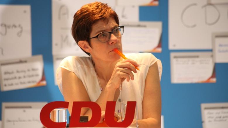 Das Bild zeigt: CDU-Generalsekretärin Annegret Kramp-Karrenbauer notiert Fragen und Beiträge aus dem Plenum