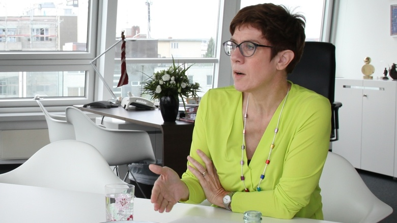 CDU-Generalsekretärin Annegret Kramp-Karrenbauer im Gespräch mit der BILD-Zeitung