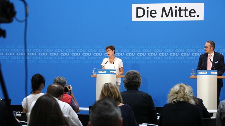 Auf dem Bild sieht man: CDU-Generalsekretärin Annegret Kramp-Karrenbauer erläutert vor der Presse die Ergebnisse aus dem CDU-Bundesvorstand.