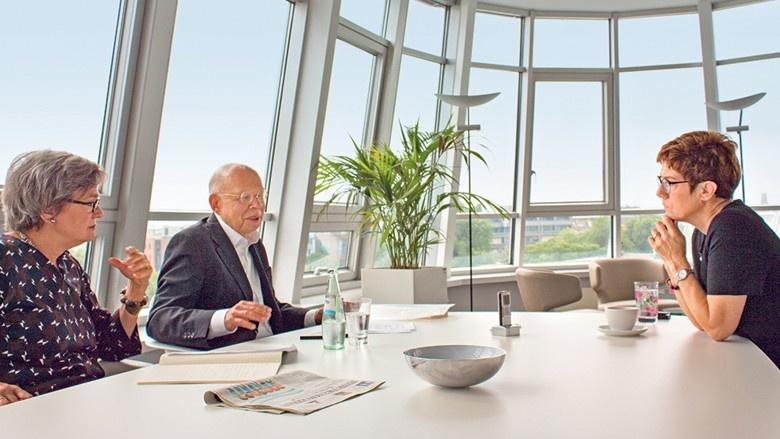 CDU-Generalsekretärin Annegret Kramp-Karrenbauer im Gespräch mit Dr. Elisabeth Neu und Dr. Rafael Seligmann