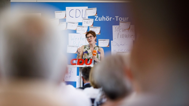 CDU-Generalsekretärin Annegret Kramp-Karrenbauer hört zu