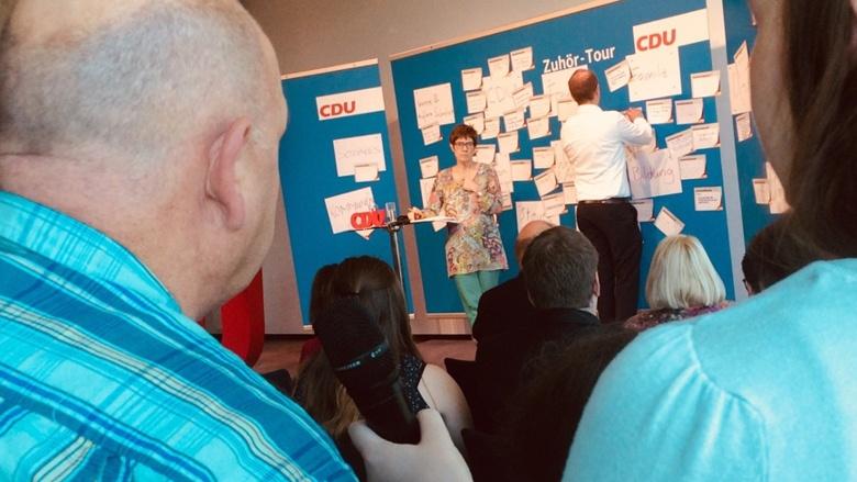 Frage eines Teilnehmers an CDU-Generalsekretärin Annegret Kramp-Karrenbauer während der Zuhör-Tour in Koblenz