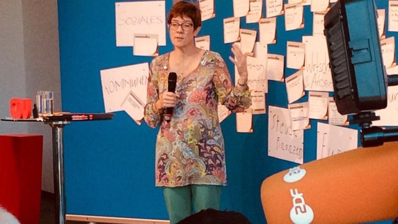 CDU-Generalsekretärin Annegret Kramp-Karrenbauer während der Zuhör-Tour in Koblenz