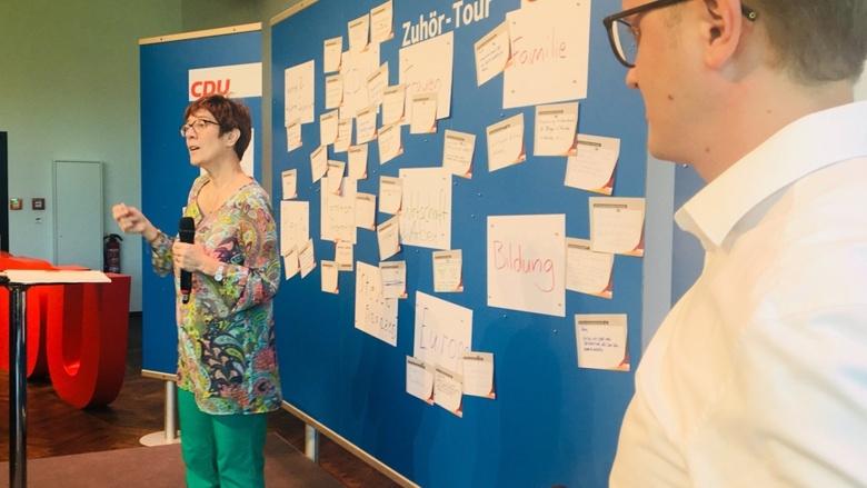 CDU-Generalsekretärin Annegret Kramp-Karrenbauer auf dem Podium der Zuhör-Tour in Koblenz