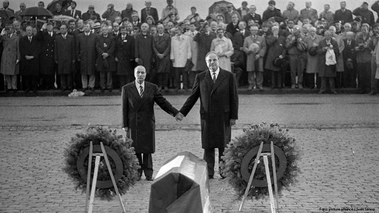 François Mitterrand und Bundeskanzler Helmut Kohl erinnern gemeinsam Hand in Hand in Verdun an die französischen und deutschen Weltkriegs-Opfer.
