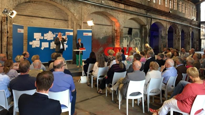 Auf dem Bild sieht man: Über 100 Mitglieder der CDU in Lübeck sind in die Kulturwerft Gollan gekommen.