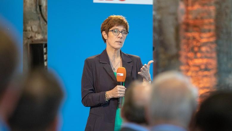 Auf dem Foto sieht man: CDU-Generalsekretärin Annegret Kramp-Karrenbauer erläutert in Lübeck Hintergründe.
