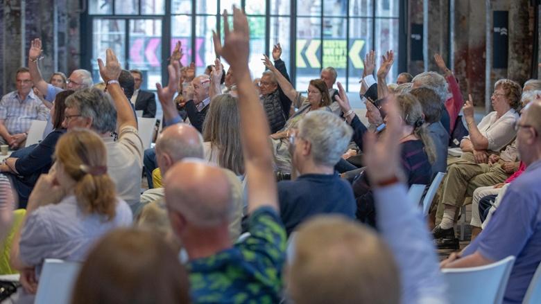 Auf dem Bild sieht man eine Abstimmung: Auch in Lübeck beteiligen sich die Teilnehmer rege.
