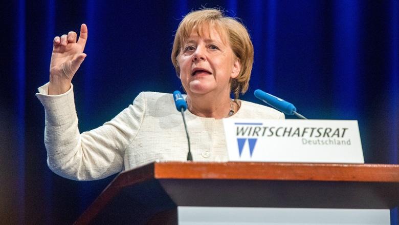 Auf dem Bild siet man Bundeskanzlerin Angela Merkel, die eine Rede hält.