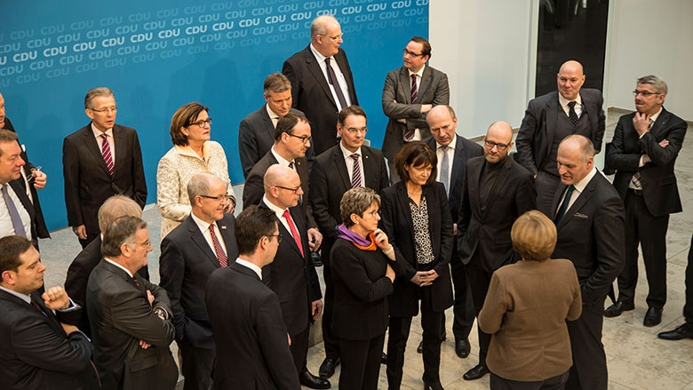 Bundeskanzlerin Merkel im Gespräch mit den Teilnehmern