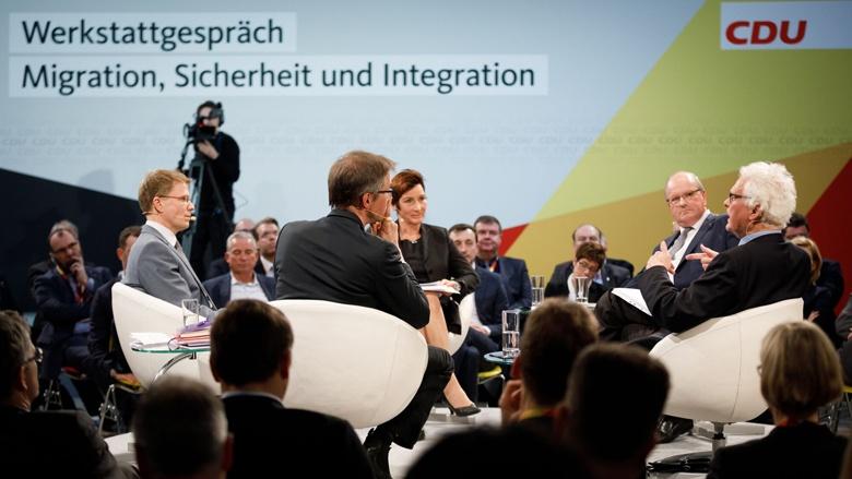 Moderatorin Angela Elis diskutiert mit Professor Dr. Christian Hillgruber, Professor Dr. Daniel Thym, Gerald Knaus und Professor Dr. Egbert Jahn
