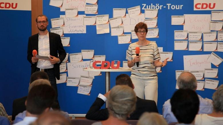 CDU-Generalsekretärin Annegret Kramp-Karrenbauer während der Zuhör-Tour in Ehingen (Baden-Württemberg)