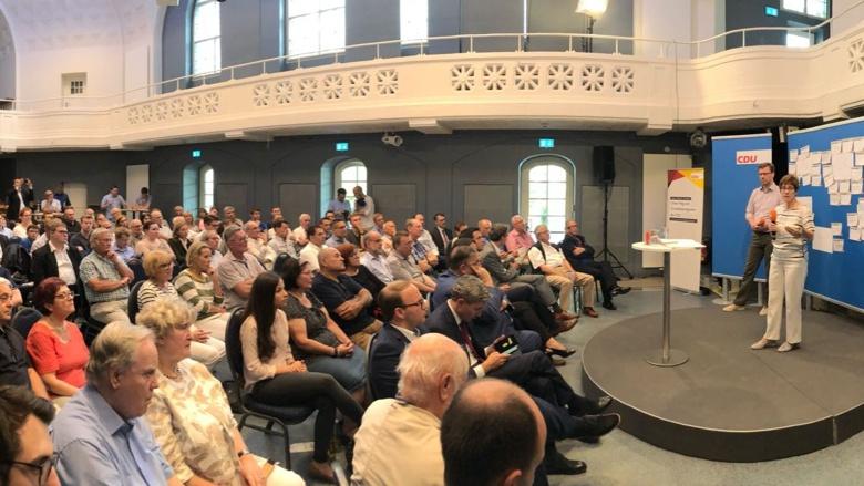 CDU-Generalsekretärin Annegret Kramp-Karrenbauer während der Zuhör-Tour im Alten Hallenbad in Heidelberg