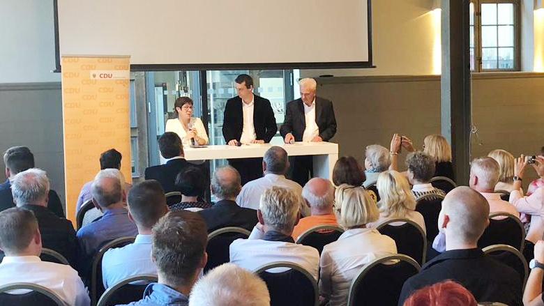AKK in Potsdam: Fachgespräch und Bürgerdialog in Potsdam