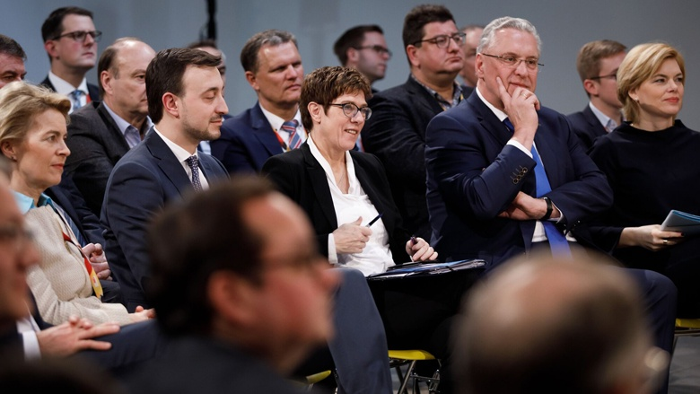 CDU-Generasekretär Paul Ziemak, CDU-Vorsitzende Annegret Kramp-Karrenbauer und Bayerns Innenminister Joachim Herrmann mit anderen Zuhörern des Werkstattgespräches.