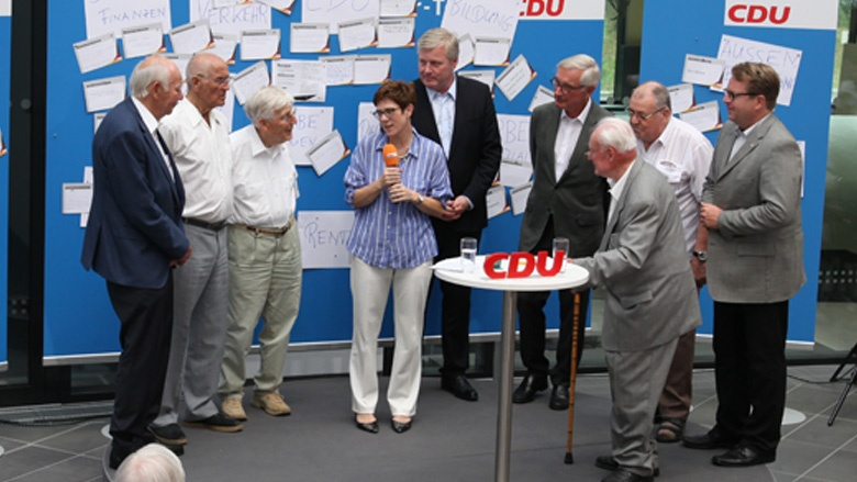 Auf dem Bild sieht man: CDU-Generalsekretärin Annegret Kramp-Karrenbauer ehrt auf der Zuhör-Tour in Braunschweig langjährige Mitglieder