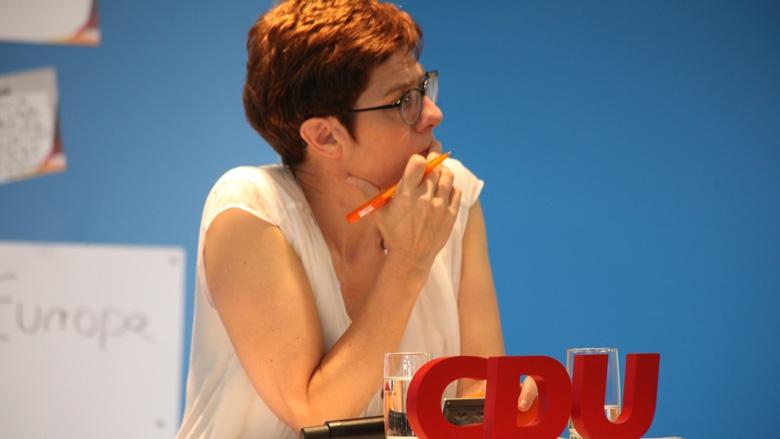 Das Bild zeigt: CDU-Generalsekretärin Annegret Kramp-Karrenbauer lauscht den Fragen der CDU-Mitglieder.