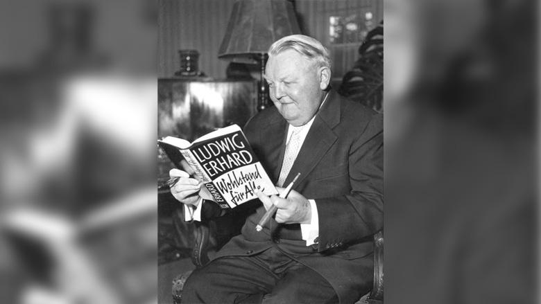 """Ludwig Erhard und sein berühmtes Buch """"Wohlstand für alle"""". Wahrscheinlich noch berühmter als sein Markenzeichen, die Zigarre."""