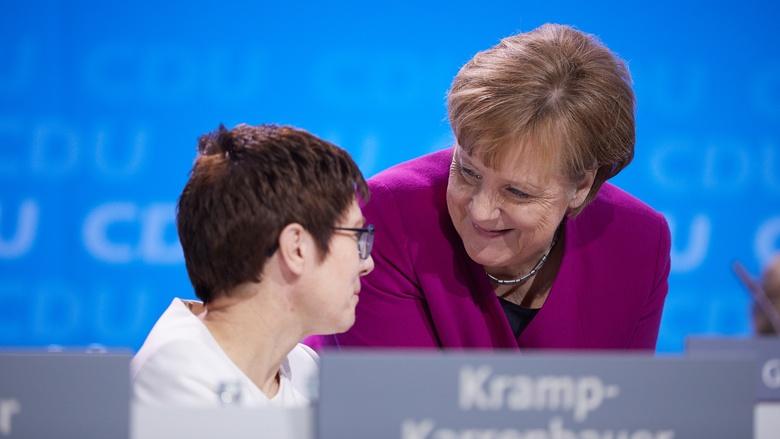 Impressionen vom 30. Parteitag der CDU / Annegret Kramp-Karrenbauer und Angela Merkel