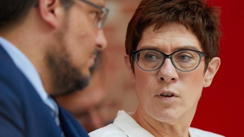 CDU-Generalsekretärin Annegret Kramp-Karrenbauer spricht während der Zuhör-Tour in Magdeburg mit dem CDU-Kreisvorsitzenden Tobias Krull MdL