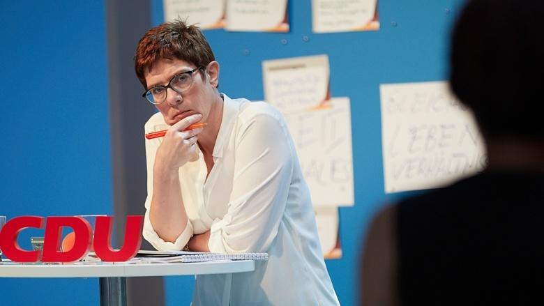 CDU-Generalsekretärin Annegret Kramp-Karrenbauer hört konzentriert zu während der Zuhör-Tour in Magdeburg