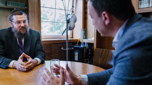 Paul Ziemiak und Rabbiner Yehuda Teichtal im Gespräch