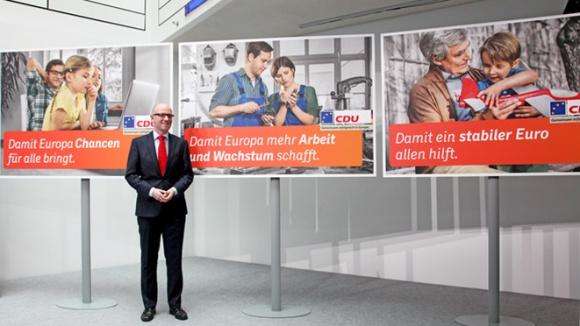 Peter Tauber bei der Plakatvorstellung der ersten Welle zur Europawahl