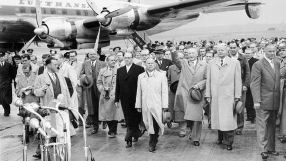 Konrad Adenauer bei seiner Rückkehr aus Moskau am 14. September 1955